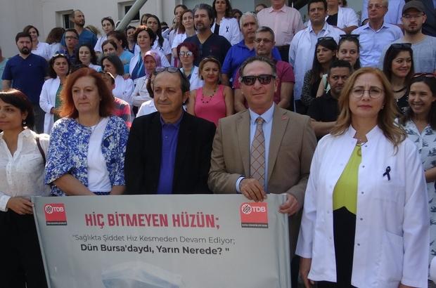 Bıçaklanan doktora meslektaşlarından destek, şiddete tepki Sağlık çalışanları bıçaklanan doktoru ziyaret ederek şiddeti protesto etti