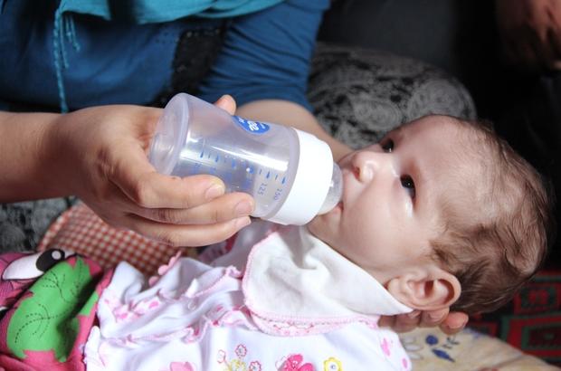 """Ölümü bekleyen Asel bebek için umut ışığı doğdu Mersin'de, tıpta milyonda bir görülen molibden kofaktör eksikliğiyle dünyaya gelen ve ölümü bekleyen iki aylık Asel bebeğe yüzde 10 yaşama şansı verecek ilacın Amerika'dan bir an önce getirtilmesini isteyen Siler ailesi, yardım istedi Anne Ebru Siler: """"Sağlık Bakanlığı'ndan yardım bekliyorum"""" Baba Ahmet Siler: """"2,5 ay süre verilince bir kez daha yıkıldık"""" """"İsteğimiz; sürecin hızlanmasını, bebeğimizin ilacının bir an önce gelmesini, yüzde 10 değil, yüzde 1 de umut olsa denenmesini istiyoruz"""""""