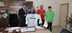 Başkan Çiğdem, şampiyon tekvandocuları altınla ödüllendirdi