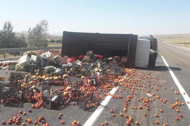 Sebze meyve yüklü kamyon devrildi