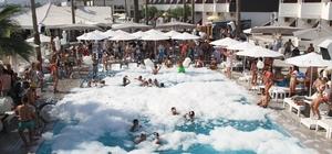 Alanya'da turistlerden havuz başında yazın son partisi