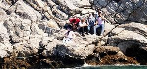 Koyda tekne beklerken yakalandılar Muğla'nın Milas ilçesi Çökertme koyu ve Datça Hurmabükü koyunda kaçmak için tekne bekleyen toplam 15 düzensiz göçmen yakalandı.