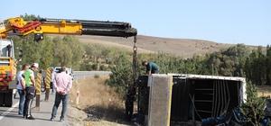 Sivas'ta meyve yüklü kamyon devrildi: 1 yaralı