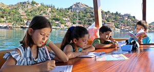 """Öğrencilerin turistleri bile kıskandıran taşımalı eğitimi Tekneyle okula giden öğrencilerin huzur veren yolculuğu Ulaşımın teknelerle sağlandığı Kaleköy'deki öğrenciler, okula tekneyle taşımalı olarak gidiyor Öğrencilerden Ozan Karataş: """"Bizi çok kıskanıyorlar"""" Tekne kaptanı Ali Efeoğlu: """"Bir tek hostesimiz eksik"""""""