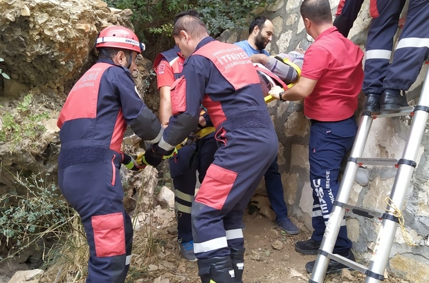 Kayalıklardan düşen şahsı itfaiye ekipleri kurtardı 300 metrelik rakımın olduğu yerde 6 metre yüksekliğindeki kayalıklardan düştü
