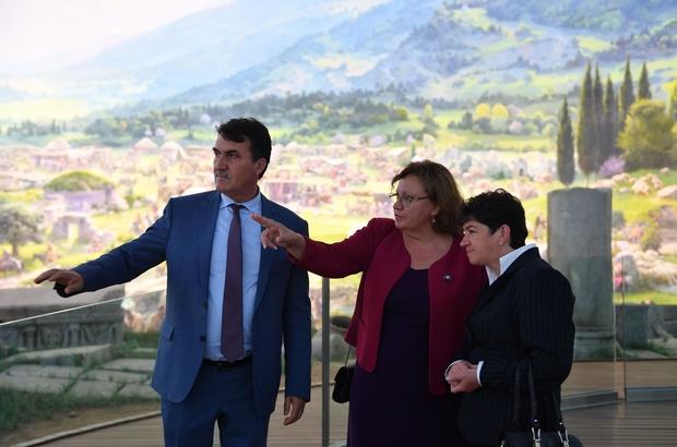 Çarşılı Köprüler iki belediyeyi kardeş yaptı Dündar, kardeş şehir belediye başkanına Osmangazi'yi gezdirdi