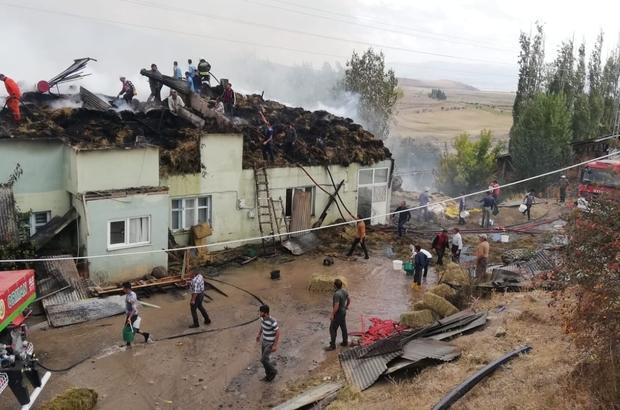 Köyde çıkan yangında 3 ev ve 2 ahır kullanılamaz hale geldi