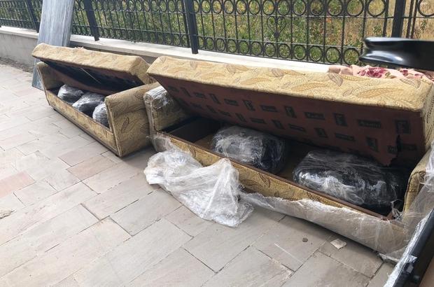 Erzurum'da kanepe içerisine gizlenmiş 105 kilogram esrar ele geçirildi