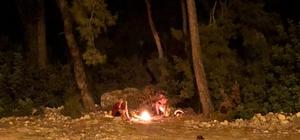Ormanlık alanda yakılan ateş vatandaşları harekete geçirdi Gece yarısı iki kişinin yaktığı ateşin başında oturduğunu gören vatandaş, olaya müdahale edip jandarmayı aradı Ateş vatandaşlar tarafından söndürülürken, ateşi yakan iki kişi aranıyor