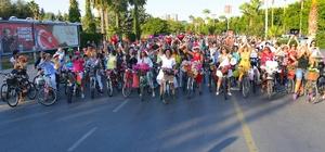 Süslü Kadınlar Bisiklet Turu renkli görüntülere sahne oldu Dünya Otomobilsiz Kentler Gününde düzenlenen Süslü Kadınlar Bisiklit Turu'na Mersin Büyükşehir Belediye Başkanı Vahap Seçer ve eşi Meral Seçer de katılarak pedal çevirdi