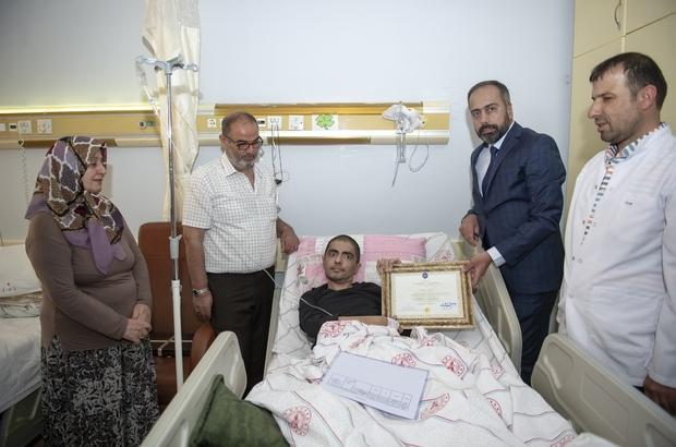 Lenfoma hastası üniversite öğrencisine diploma sürprizi Vanlı Ali, diplomasına kavuşmanın heyecanını yaşadı Ali Yar'ın diploması Rektör Şevli tarafından hastanede verildi