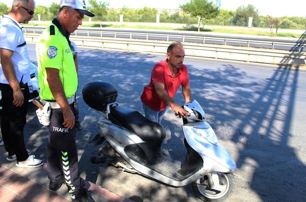 Ehliyetsiz sürücü polis noktasında motosikleti bırakıp kaçtı
