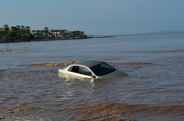 Didim'de etkili olan şiddetli yağış hayatı felç etti Yağış nedeniyle ev ve iş yerlerini su bastı, bir araç denize sürüklendi