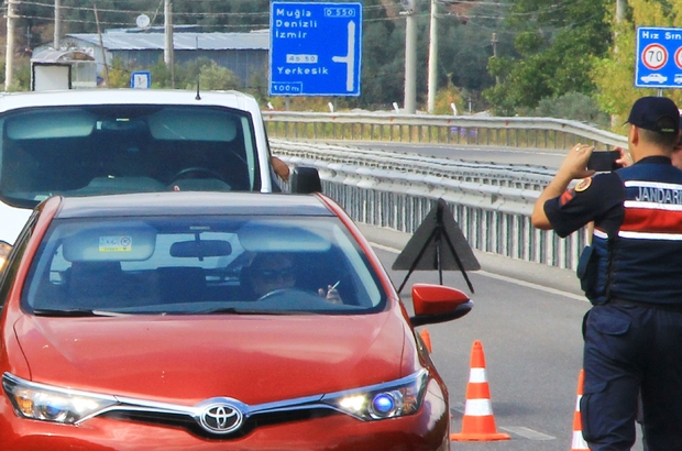 """'Dumansız araç' uygulamasında ilginç görüntüler Muğla'da jandarma ekiplerince trafikte sigara yasağına ilişkin 'Dumansız araçlar"""" uygulamasında trafik ekiplerine ellerinde sigara ile yakalanan sürücüler cezalarına razı oldular."""
