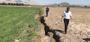 Dev yarıkların sebebi bilinçsiz su kullanımı ve kuraklık Tarlalarda oluşan dev yarıklar bölge halkını tedirgin ediyor