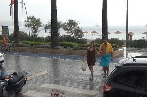 Yağmura aldırmayan turistler denizin keyfini çıkardı