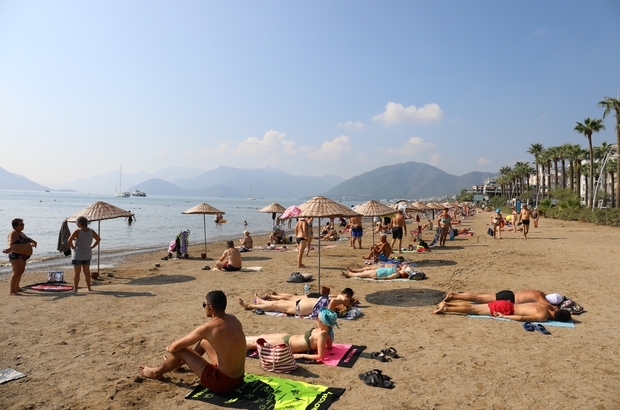 Marmaris sonbaharda yaz sezonunu yaşıyor Yerli ve yabancı turistler sıcak havanın ve denizin keyfini yaşıyor