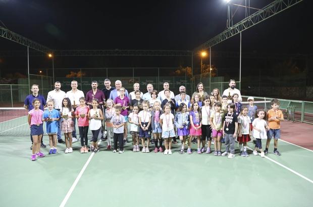 Tenis turnuvasında şampiyonlar kupalarına kavuştu