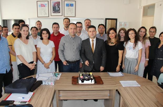 Eğitimi başarı ile tamamlayan öğretmenler sertifikalarını pasta keserek kutladı