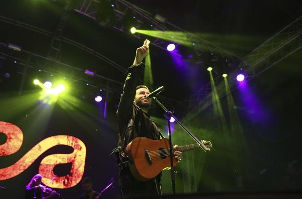 Üniversiteli gençler Emre Aydın ile coştu Gençlerin oluşturduğu on binlerce kişilik koro, tüm şarkılara eşlik etti