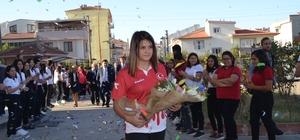 """Dünya şampiyonu Habibe, okulunda coşku ile karşılandı Şampiyon Habibe Afyonlu: """"Türk'ün gücünü düşünerek çıktım ve şampiyon oldum"""" Başkan Hasan Avcı: """"Habibe evladımız da ecdadına layık bir sporcu"""""""