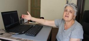 (Özel) Annesinden şiddet gören yaşlı kadın 3 aydır sokakta yaşıyor Mersin'de baba evinde yaşayan 68 yaşındaki İclal Ş., babası 2016 yılında ölünce annesi ile erkek kardeşinin istediği vekaleti vermediği için sürekli fiziksel ve psikolojik şiddet gördüğünü ve evden atıldığını iddia etti Üç aydır sokakta yaşayan yaşlı kadının, annesinden gördüğü şiddet, eve yerleştirdiği kameralara da yansıdı