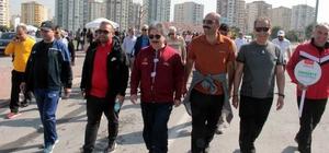 """Dünya Yürüyüş Günü etkinliğinde yüzlerce kişi yürüdü İl Sağlık Müdürü Ali Ramazan Benli: """"Koruyucu sağlık hizmetlerinde ilk önerdiğimiz şey hareketli bir hayat ve dengeli beslenme"""""""
