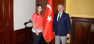 Vali Yazıcı'dan dünya şampiyonuna ödül