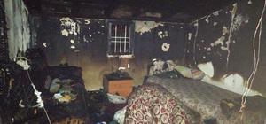84 yaşındaki adam 2 evinin birden yanmasını yaşlı gözlerle izledi Denizli'de tek katlı müstakil evlerde yangın 2 müstakil evde çıkan yangın büyük paniğe neden oldu Müstakil evlerden birisi tamamen yandı, bir diğeri kullanılamaz hale geldi