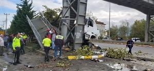 Tır yolcu durağını altına aldı: 1'i çocuk 2 ölü, 3 yaralı