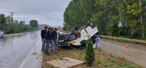 İşçileri taşıyan minibüs refüjde takla attı: 6 yaralı