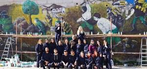 Kurtuluş Mücadelesinin zorluklarını bu duvara resmediyorlar Kurtuluş Savaşında İstiklal Yolu'nda yaşananlar bu duvara çiziliyor