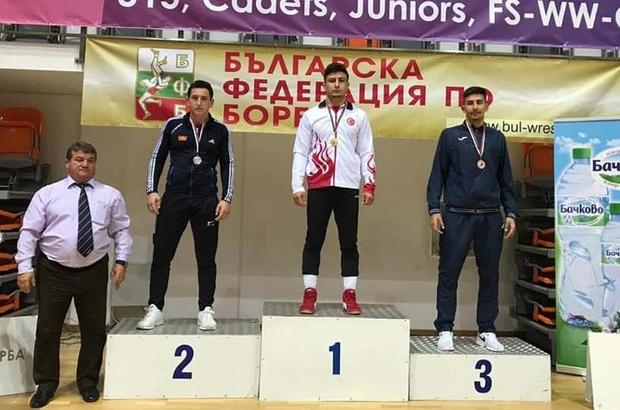 """Sivaslı güreşçiler Bulgaristan'dan dereceyle döndü Bulgaristan'da düzenlenen """"Balkan Güreş Şampiyonası'na"""" Sivas'ı temsilen katılan Sivaslı sporcular Sertaç Üngör altın madalya, Yüksel Sarıçiçek ise bronz madalya kazandı."""