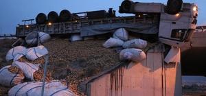 Lastiği patlayan patates yüklü tır köprüde asılı kaldı