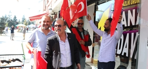 Gazeteciler, Barış Pınarı Harekatı'na destek için esnafa Türk bayrağı dağıttı