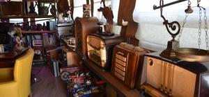 (ÖZEL) 10 yıldır topladığı antika eşyalarla ofisini müzeye çevirdi Radyo koleksiyoncuları onun peşinde