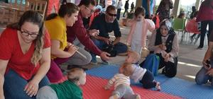 Karesi'de bebek emekleme yarışmasında renkli görüntüler oluştu