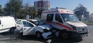 Kayseri'de hasta taşıyan ambulansa otomobil çarptı: 6 yaralı