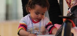 Küçük Asmin Nisa'dan duygulandıran hareket Ablası terör örgütü PKK tarafından kaçırılan 1 buçuk yaşındaki Asmin Nisa, hiç görmediği Hayal Demir'in fotoğrafını öpüp başının üzerine bıraktı Minik Asmin Nisa'nın bu hareketi, duygu dolu anların yaşanmasına neden oldu