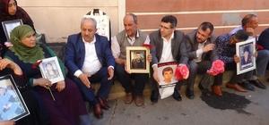 Bayındır Memur-Sen'den HDP önünde evlat nöbeti tutan ailelere destek ziyareti