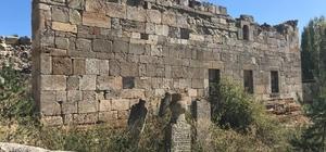 5 asırlık cami ilgi bekliyor Sivas'ın Şarkışla ilçesinde 16. yüzyılda yapıldığı tahmin edilen Hardal Köyü Camii, restore edilerek turizme kazandırılmayı bekliyor