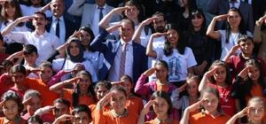 Celalettin Ekinci, öğrencilerle birlikte asker selamı verdi