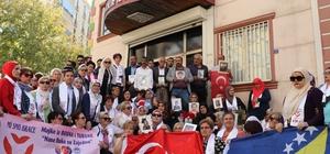 Bosnalı kadınlardan Diyarbakır annelerine destek ziyareti Bosna Hersek'ten gelen 100 kadın, HDP Diyarbakır İl Başkanlığı önünde evlat nöbetindeki ailelerle bir araya geldi Gözyaşlarının sel olduğu ziyarette Bosnalı kadınlar, Diyarbakır anneleri ile kucaklaştı Aralarında Srebrenitsa katliamında yakınlarını kaybeden kadınların da bulunduğu grup, Diyarbakır annelerine desteklerini iletti