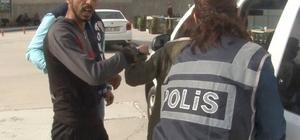 """2 kişiyi silahla yaralayan şahıs tutuklandı Konya'da bir kişiyi başından, bir kişiyi de sırtından vuran zanlı, kameraya, """"Sıkıntı yok, atara atar, gidere gider yaparız"""" diye seslendi"""