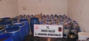 Isparta'da 6 ton kaçak içki ele geçirildi Özel düzenekle üretilerek piyasaya sürülmek istenen 6 ton kaçak içkiye Jandarma baskını Jandarma baskınında piyasaya sürülmek üzere kaçak üretilen içkilere el konuldu