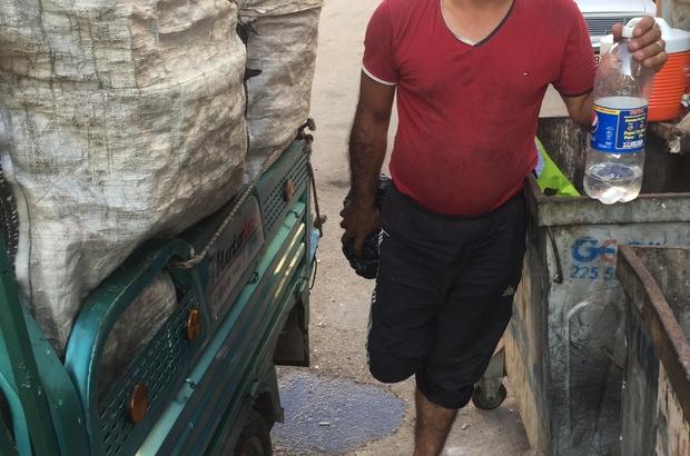 Savaşta bacağını kaybetti atık kağıt toplayarak geçimini sağlıyor Suriye'deki iç savaşta evine atılan bomba sonucu bacağını diz kapağının altından kaybeden baba, çocuğuyla birlikte Adana'da atık kağıt toplayarak hayat mücadelesi veriyor