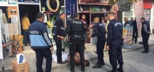 Sokak ortasında bir anda kendini jiletlemeye başladı Zabıta, jandarma ve polis ekipleri vatandaşın kendisine zarar vermesini önlemek için ellerini kelepçeledi