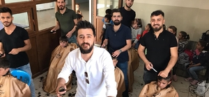 Diyarbakırlı berber Mehmet Öner ve çalışanları köy okullarına gidip çocukları ücretsiz tıraş etti
