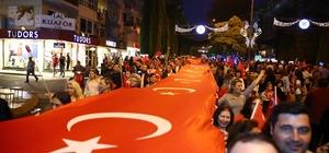 Aydın'da büyük Cumhuriyet yürüyüşü Binlerce Aydınlı el ele vererek 500 metrelik dev bayrağı taşıdı
