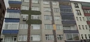 Rize'de bir binanın dış cephe kaplaması tehlike saçıyor Rüzgarlı havalarda yola düşen dış cephe kaplaması az kalsın yaralanmalara sebep olacaktı